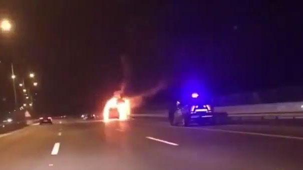 İzmir'de kaçak göçmenleri taşıyan minibüs seyir halindeyken alev aldı