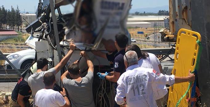 İzmir'de korkunç anlar! Sıkışan TIR sürücüsü uzun uğraşlar sonucu kurtarıldı