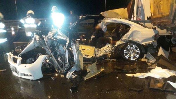 İzmir'de otomobil yol kenarında duran kamyona çarptı!