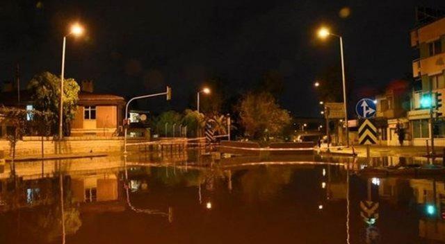 İzmir'de sağanak yağmur hayatı felç etti