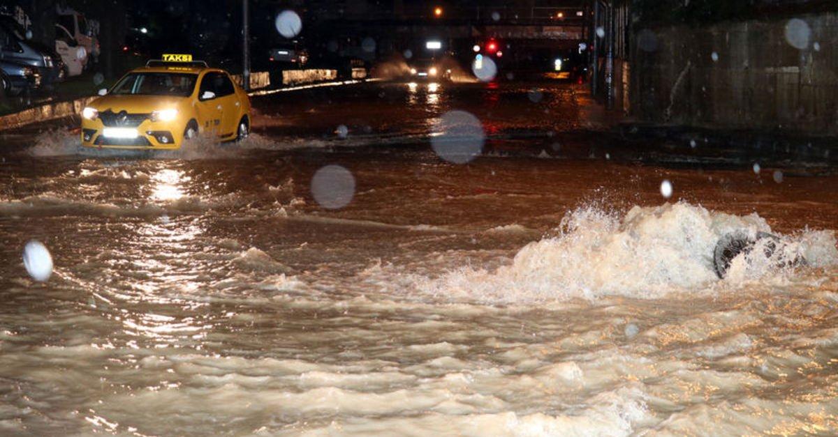 İzmir'de şiddetli yağış hayatı felç etti