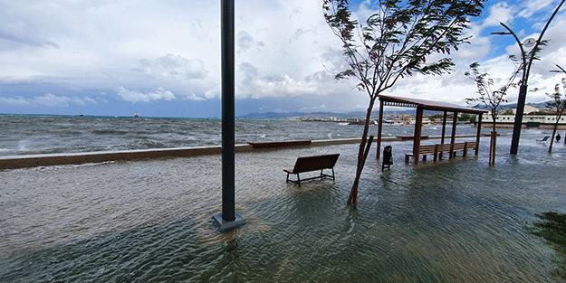 İzmir'den korkunç görüntüler! Fırtına 30 tekneyi batırdı