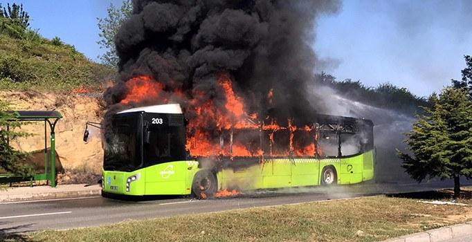 İzmit'te belediye yolcu otobüsü cayır cayır yandı