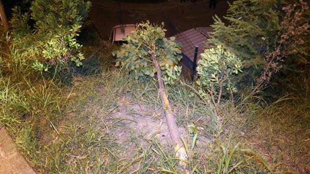 İzmit'te el freni çekilmeyen otomobil sitenin bahçesine uçtu