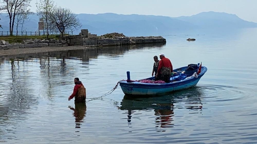 İznik Gölünde gümüş balığı bereketi