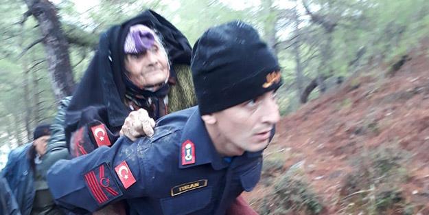 Jandarma ekipleri gece boyunca aranan 89 yaşındaki kadını sırtında taşıdı
