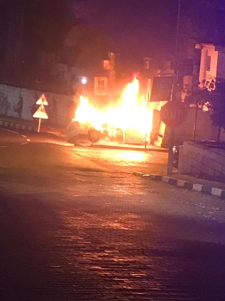 Jandarma komutanlığı duvarına çarpan otomobil alev alev yandı