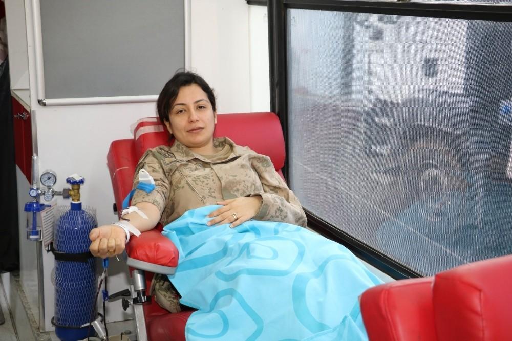 """Jandarmadan """"Kan ver hayat kurtar"""" kampanyasına destek"""