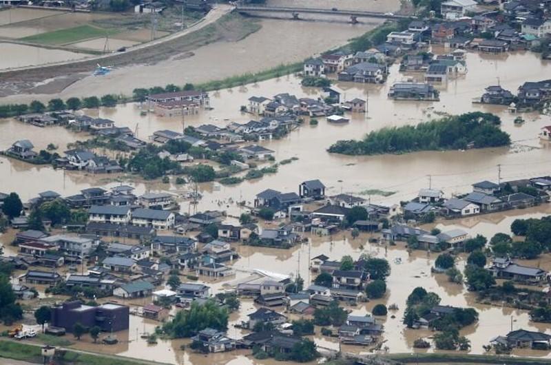 Japonya'da büyük doğa olayı! Sel felaketi kasabayı yuttu