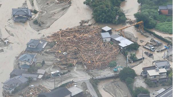 Japonya'da Dokuz saatte 77 cm yağış! Sel önüne gelen her şeyi yıktı
