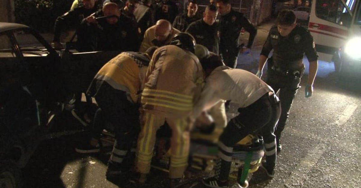 Kadıköy'de ağaca çarpan otomobil takla attı: 3 yaralı