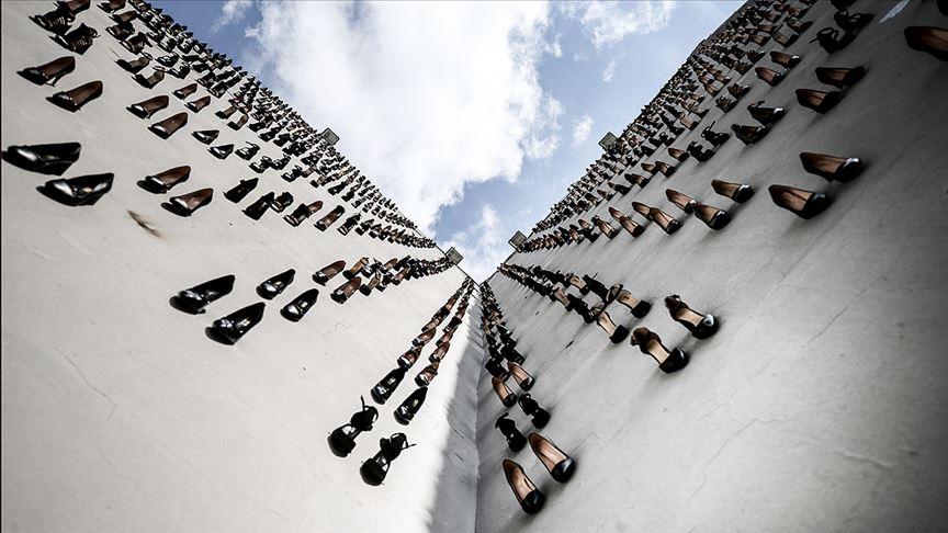 Kadın cinayetlerine dikkat çekmek için 440 topuklu ayakkabıyı duvara astı