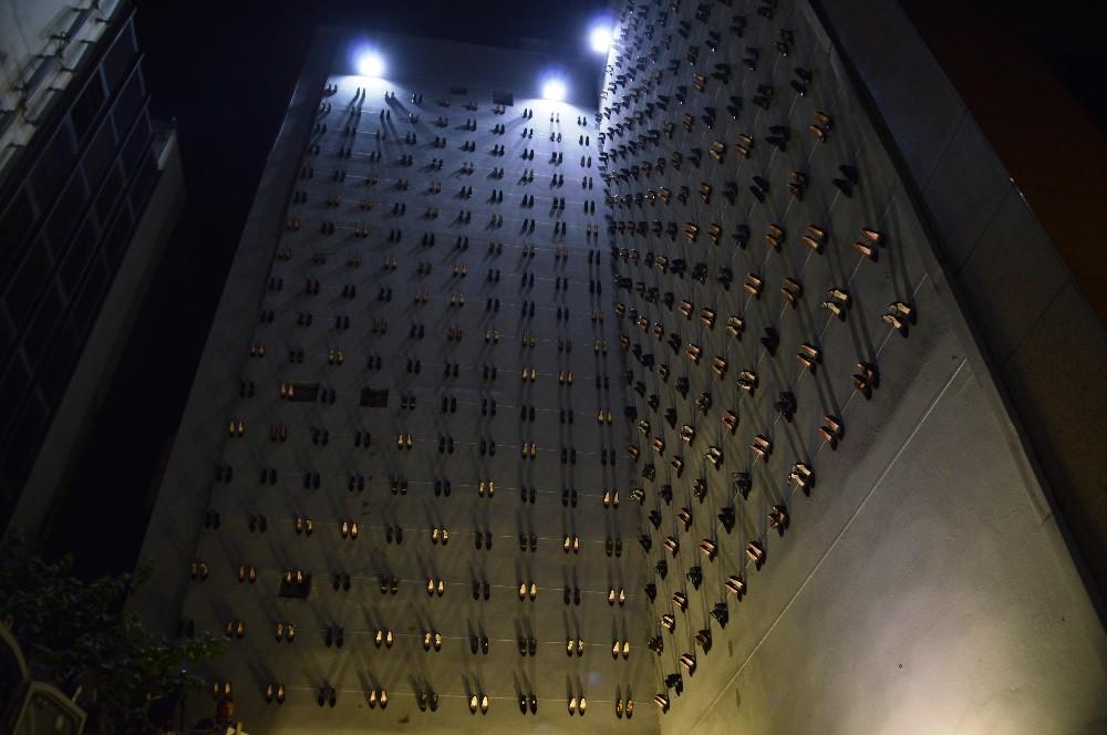 Kadın cinayetlerine dikkat çekmek için 440 topuklu ayakkabıyı duvarda sergiledi