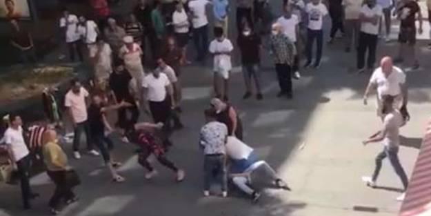 Kadın, eşini darbeden adama sokak ortasında tekme tokat saldırdı