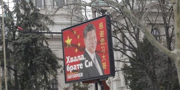 Kafalar karıştı... Çin'e teşekkür için her yere pankart astılar