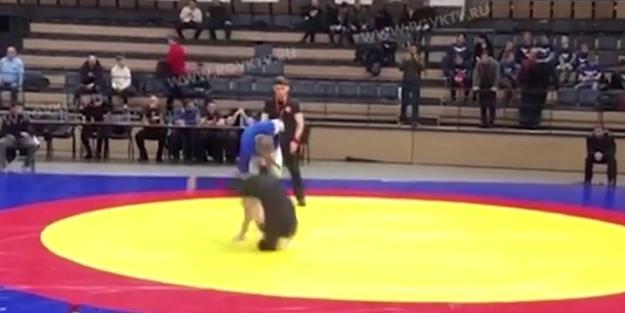 Kafasının üzerine çakılan güreşçinin feci sonu!