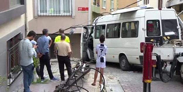 Kağıthane'de feci kaza! Minibüs duvara çarptı