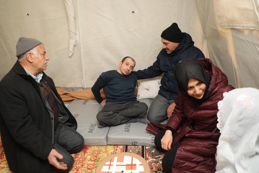 Kaldırım çifti, çadırda kalan depremzedeleri ziyaret etti