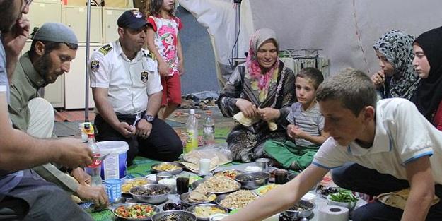 Kamplardaki Suriyeli muhacirlerin ilk iftarı