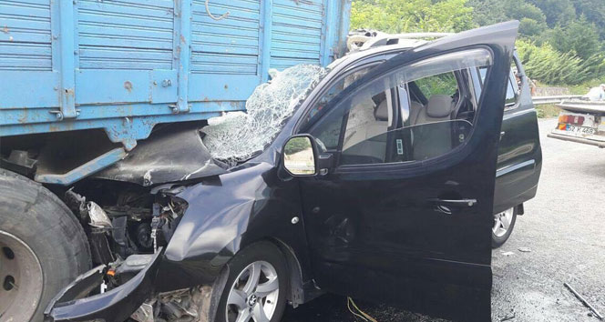 Kamyonet park halindeki kamyona çarptı: 1 kişi yaralı