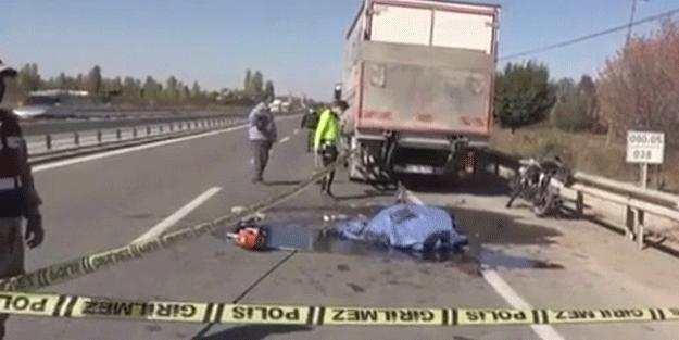 Kamyonete çarpan motosiklet sürücüsü kurtarılamadı