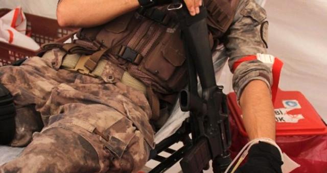 Kan veren özel harekat polisi silahını elinden bırakmadı