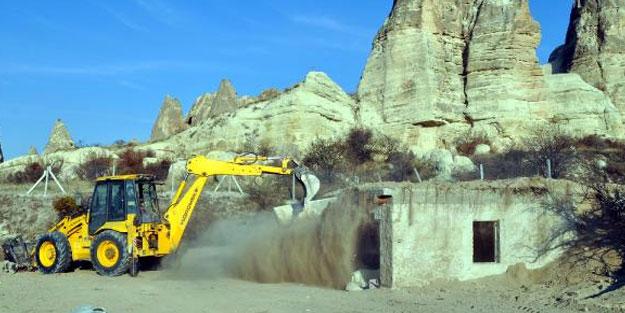 Kapadokya'da üzeri toprakla örtülen kaçak yapı yıkıldı