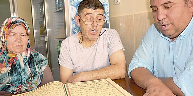 Kapı kapı dolaşıp esnafa Kur'an öğretiyor