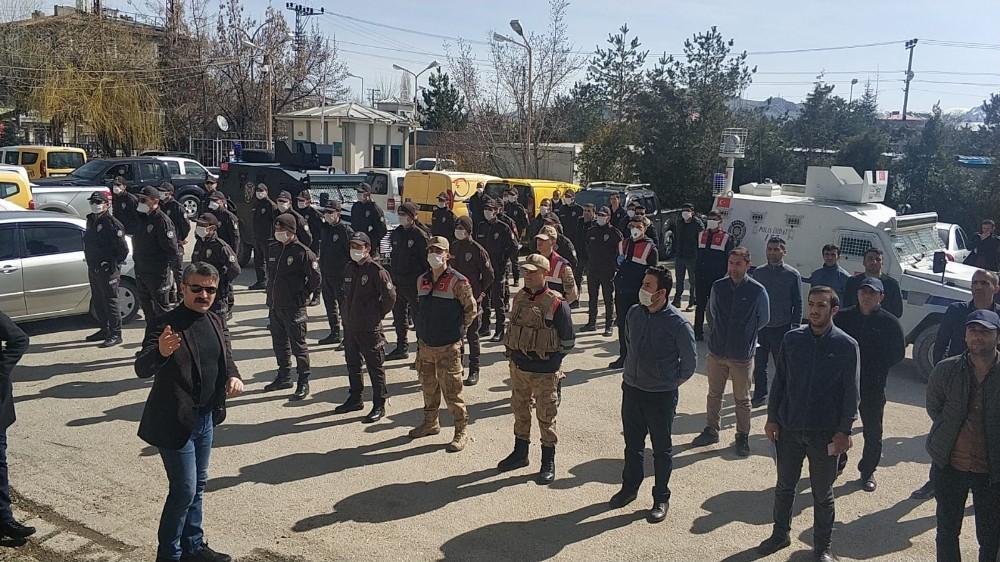 Kapı kapı dolaştılar ihtiyaç sahibi ailelere 1000 lira yardım parası dağıttılar
