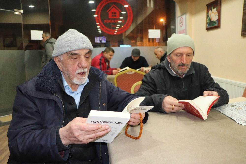 """Kapıcılar, topladıkları atık kitaplardan """"kitap köşesi"""" kurdu"""