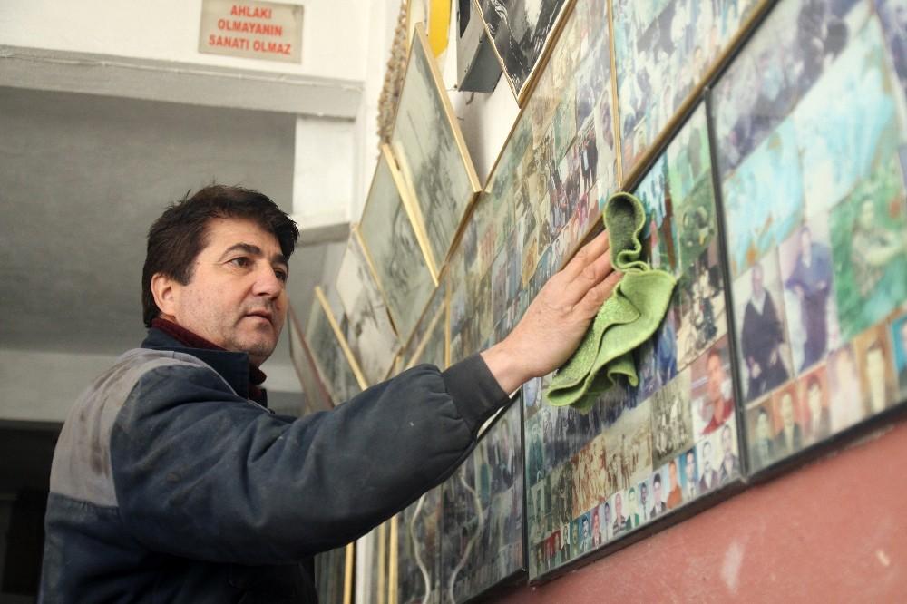Kaporta dükkanının duvarlarını müşteri fotoğraflarıyla süsledi