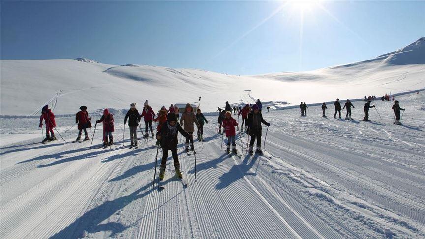 'Kar kenti'nin çocukları 2 bin 800 rakımda kayak öğreniyor