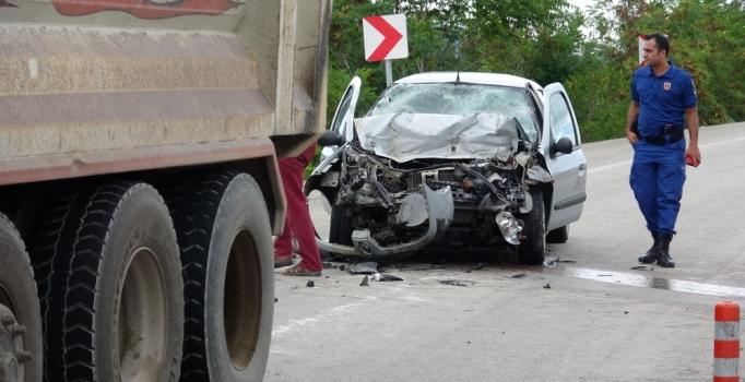 Karabük'te otomobil hafriyat kamyonuna çarptı: 1 ölü, 1 yaralı