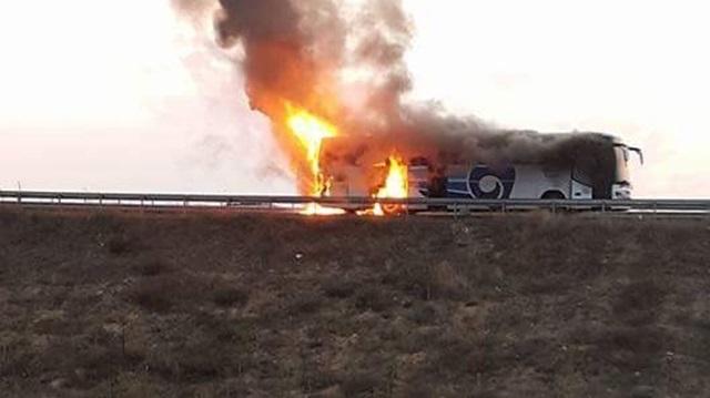 Karabük'te seyir halindeki yolcu otobüsü alev alev yandı