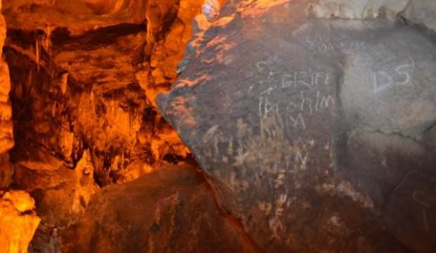Karabük'ün Safranbolu ilçesindeki Türkiye'nin 4. büyük mağarasının duvarları yazı tahtasına döndü