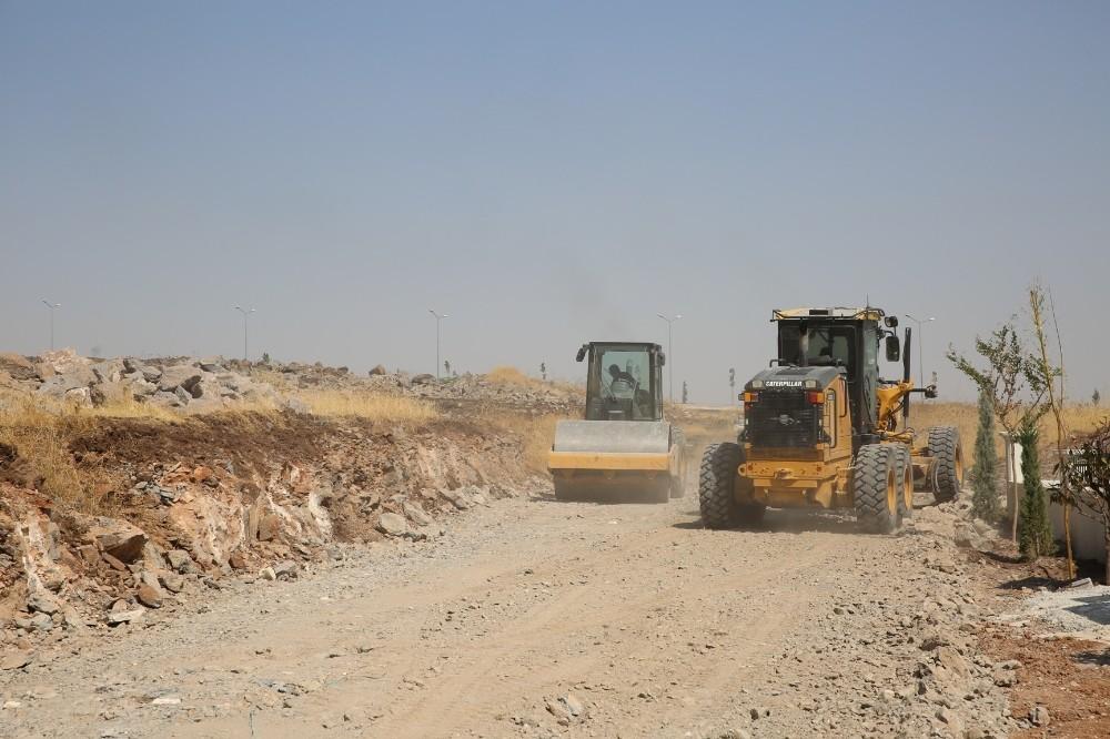 Karaköprü'de yol açma çalışmaları sürüyor