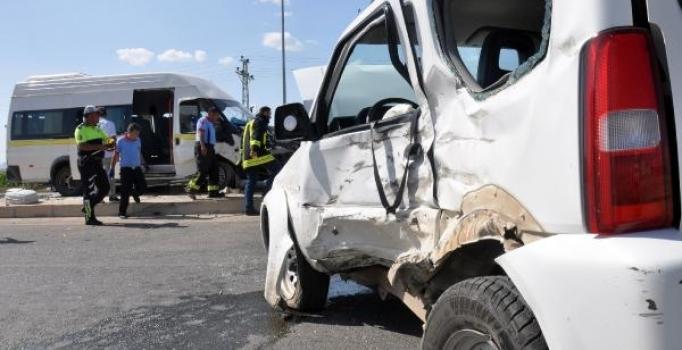 Karaman'da işçi servisi ile cip çarpıştı: 8 kişi yaralandı