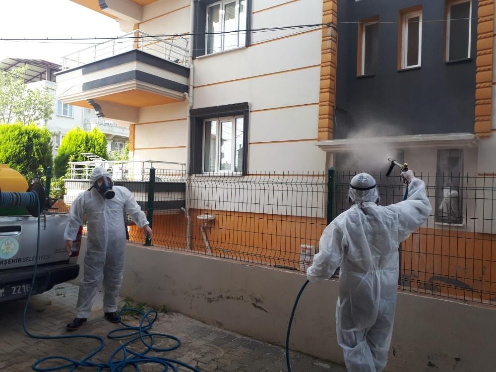 Karantinaya alınan binada dezenfekte çalışması