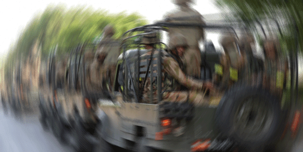 Kardeş ülkede feci olay! Askeri araç dereye uçtu: Ölüler var