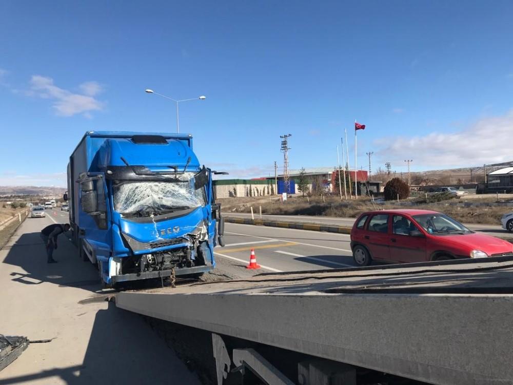 Kargo kamyonu ile tanker çarpıştı: 1 yaralı