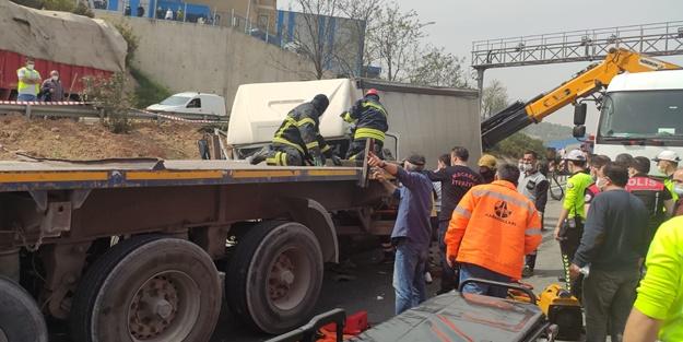 Kargo kamyonu, tıra çarptı