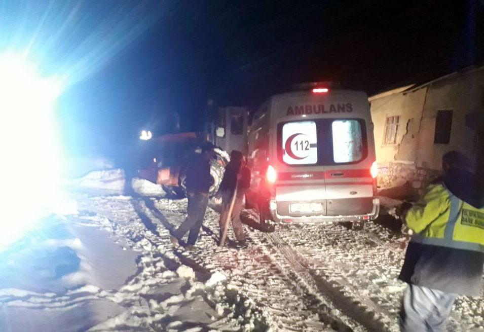Karla mücadele ekiplerinin kurtardığı kadın ikiz doğurdu