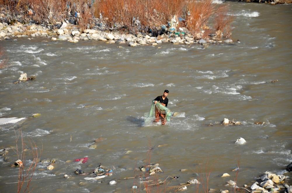 Karlar eridi, sular yükseldi, balıkçılar derelere akın etti