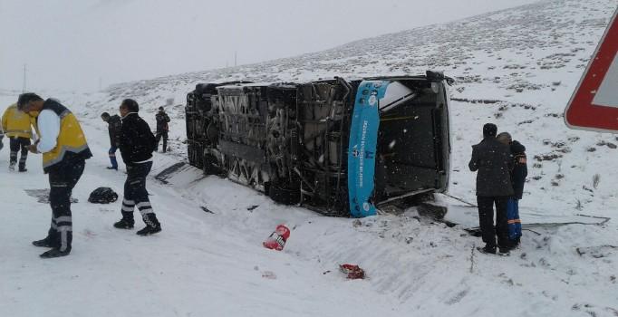 Karlı yolda kayan özel halk otobüsü yan yattı: 18 kişi yaralı
