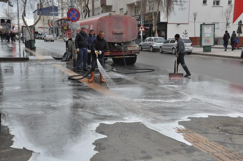Kars Belediyesi Cadde ve sokakları köpüklü su ile yıkıyor
