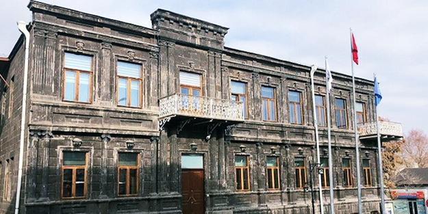 Kars Belediyesi PKK kampına döndü