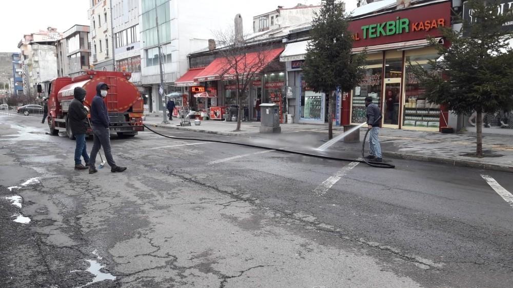 Kars'ta belediye cadde ve sokakları korona virüse karşı yıkıyor
