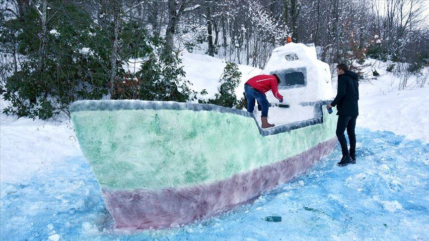 Kartepe'de tatilcilerin yaptığı kardan gemi ilgi çekiyor
