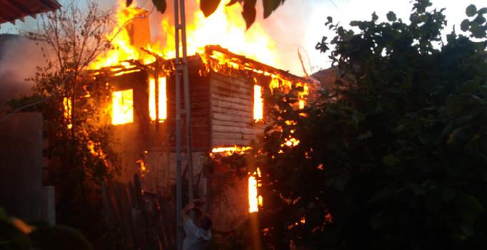 Kastamonu'da iki katlı ahşap bina küle döndü