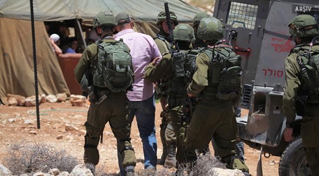 Katil İsrail askerlerinden 19 Filistinliye gözaltı